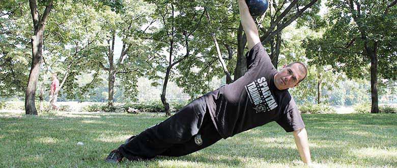 Csürke Csaba egy kézen egyensúlyoz egy kettlebellel