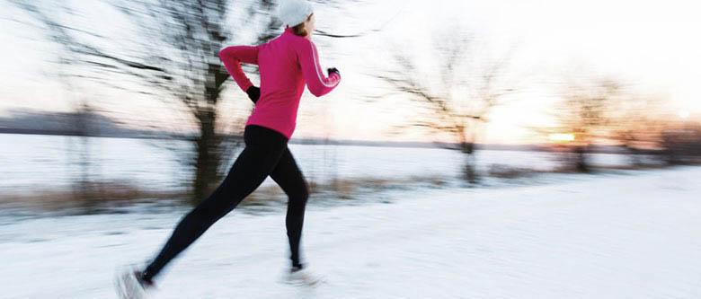 Hóban futó lány